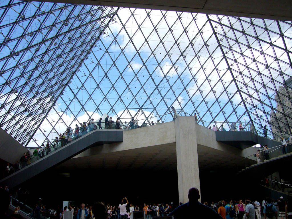 Pyramide dans le Louvre.jpg