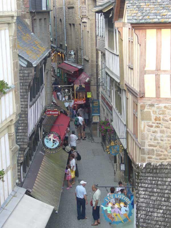 rue sur le mont St-Michel.jpg