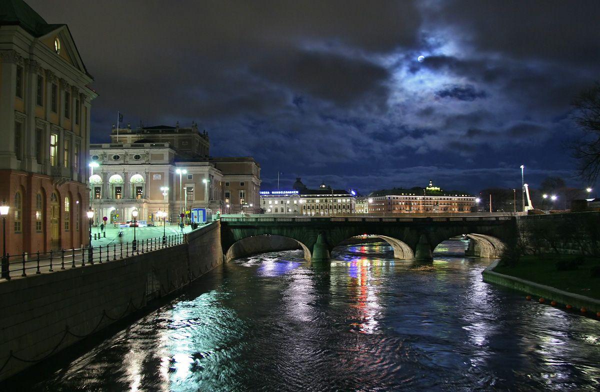 Stockholm-night-river-theatre.jpg