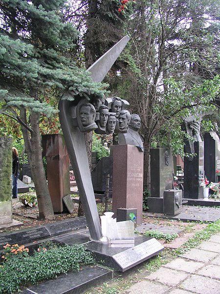450px-2008-09_Moskau_Friedhof_Crew_TU_144.JPG