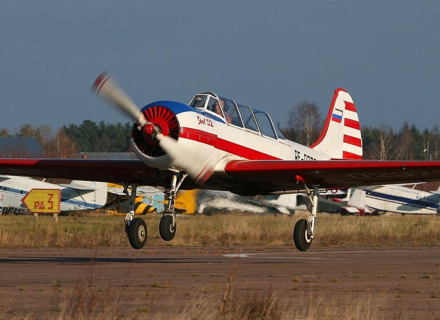 Yak-52_RF-02371_01.JPG