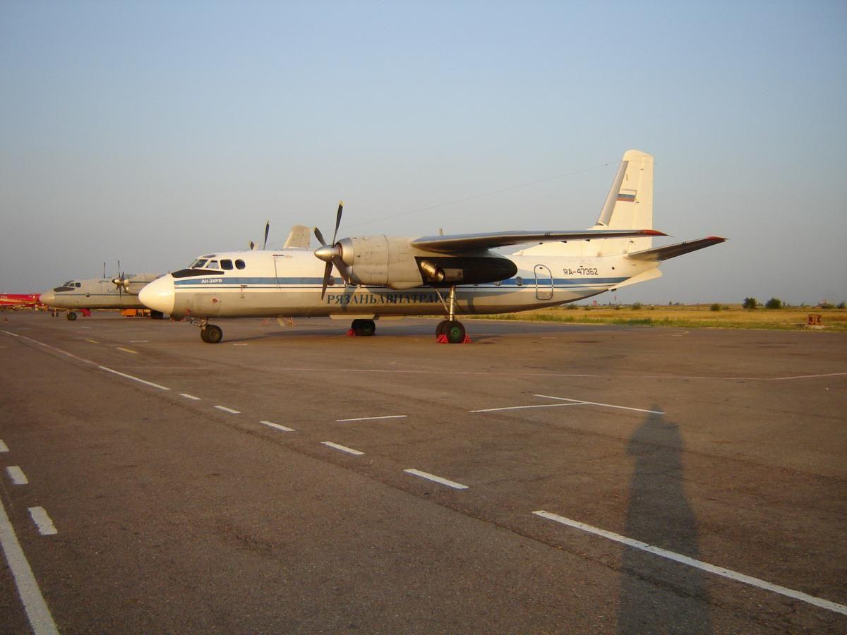 Ан-24РВ 47362 а-к Рязаньавиатранс привёз КАМАЗ.jpg
