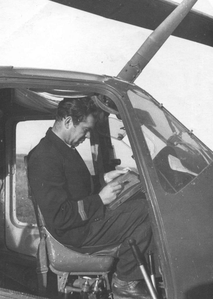 Еремин Ю.Ф. , в кабине Ми-1 , Сопочное 1961г..jpg