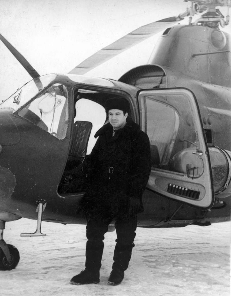 Еремин Ю.Ф. у Ми-1 , Тиличики 1961г...jpg