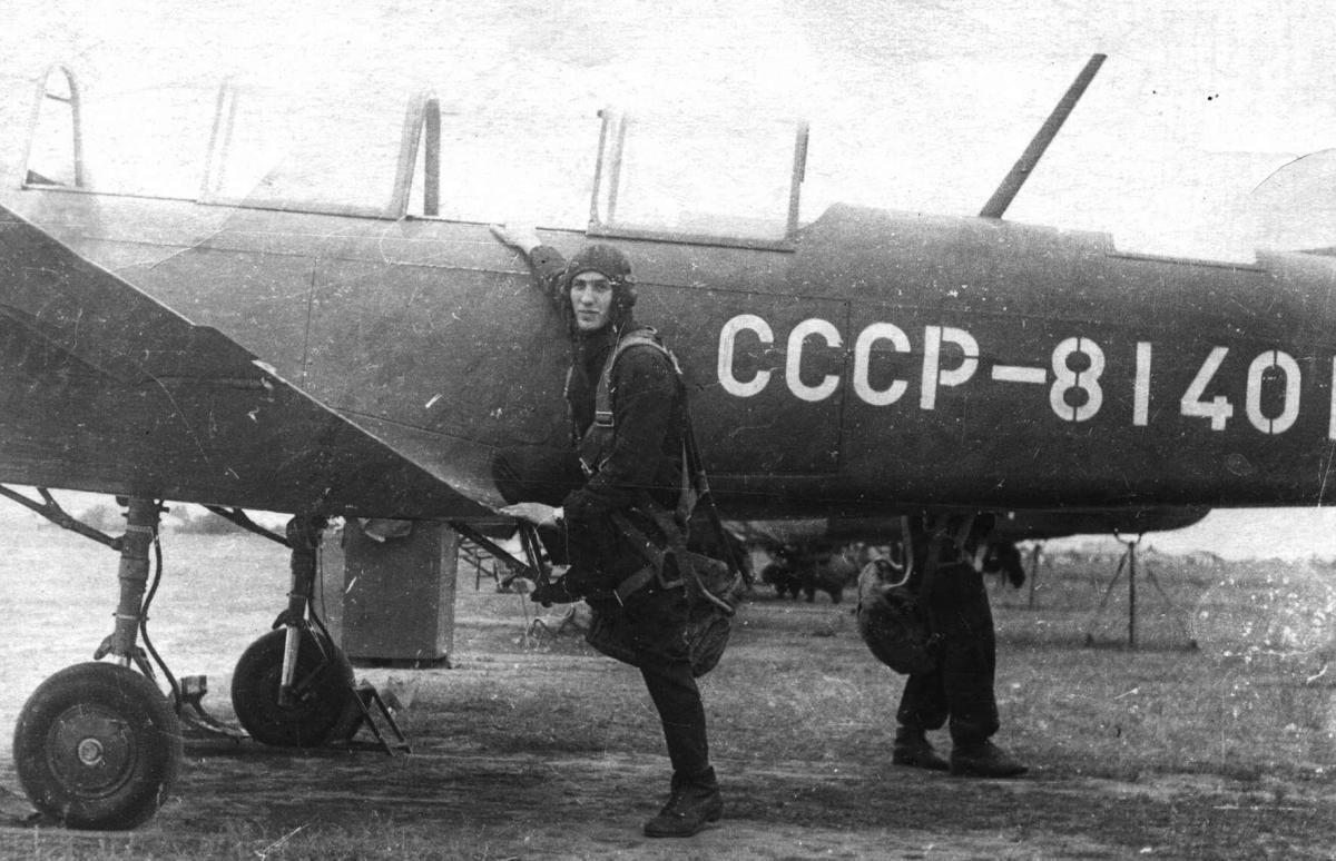 Зиновьев В.М. у Як-18а.jpg
