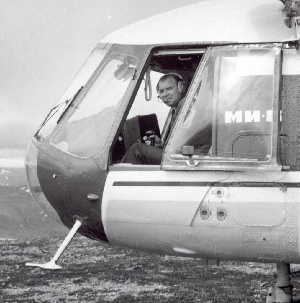 Ми-8 в кабине Еремин Ю.Ф. 70-е г..jpg