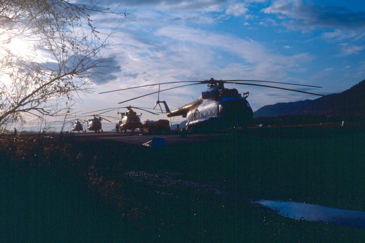 Хлкт., Ми-8 на стоянках.jpg