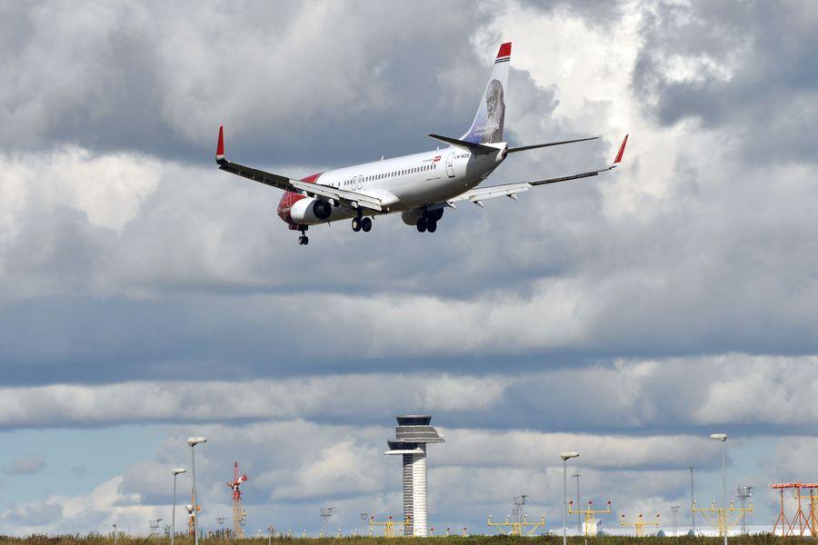 LN-NOX - Boeing 737-8JP - Norwegian (Christian Krohg livery).jpg