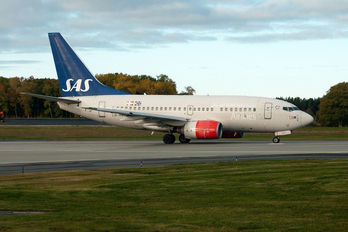 LN-RCT - SAS Scandinavian Airlines - Boeing 737-683.jpg