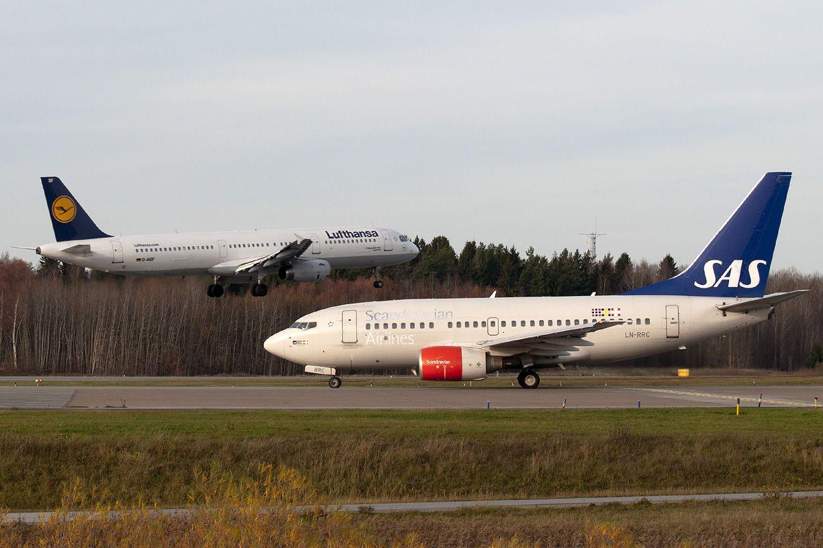 LN-RRC - Boeing 737-683 - SASvsA320 LH.jpg