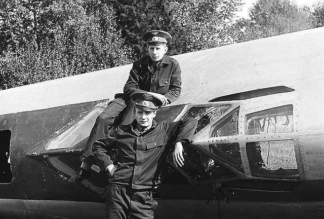 0305.Фото на фоне остатков спарки Ту-22У №30 после аварии экипажа Панина.jpg