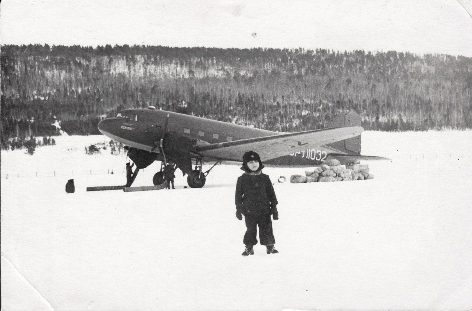 ЛИ-2 на перроне. 1954 год. Фото из архива Кожухова Я.А..jpg