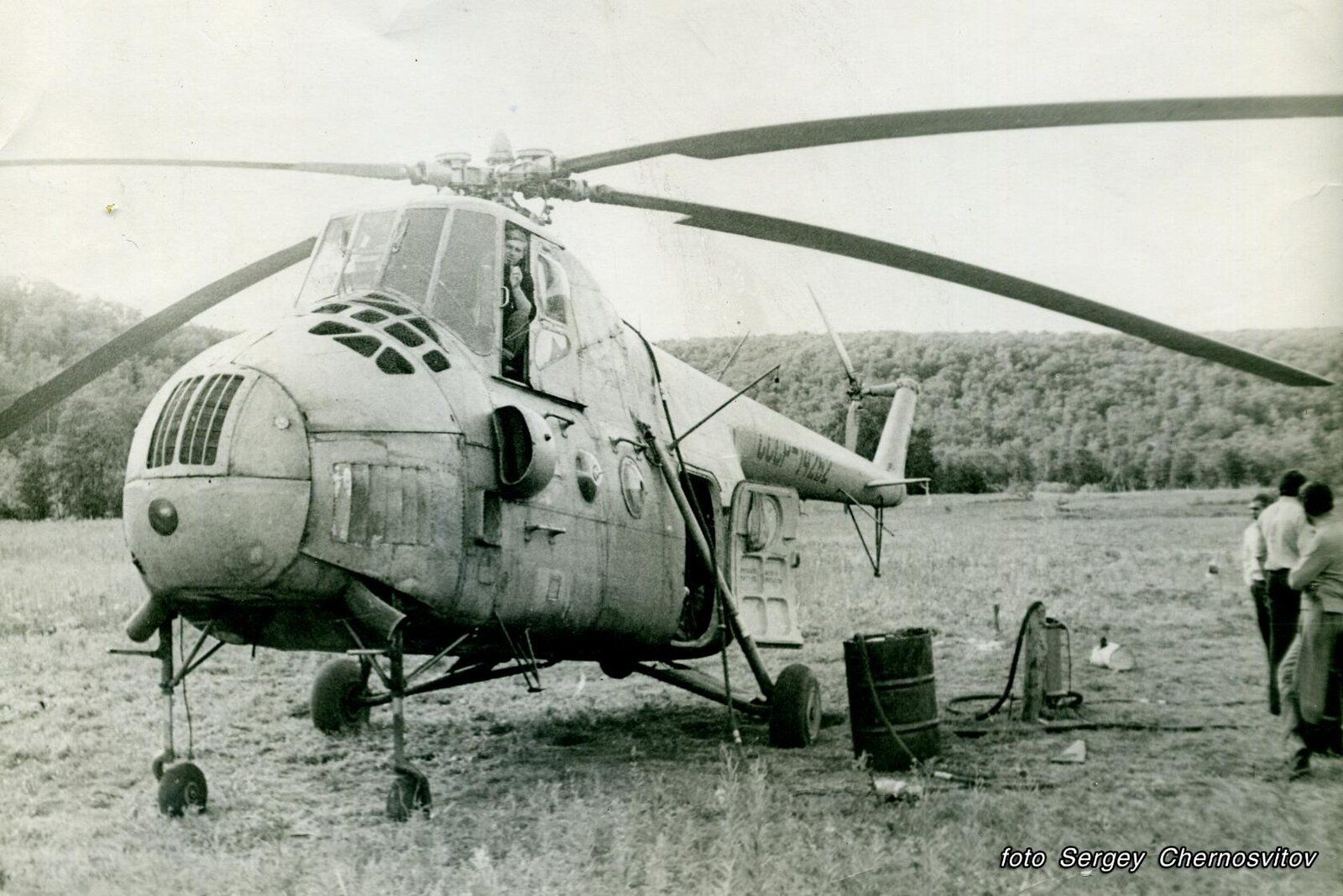 районе реки Жупанова у летней партии геологов, на дозаправке-1983 год.Последние полёты вертол...jpg